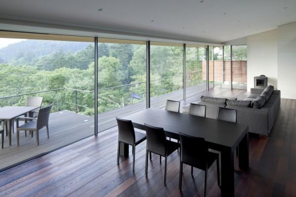 Вид на лесной массив из интерьера дома