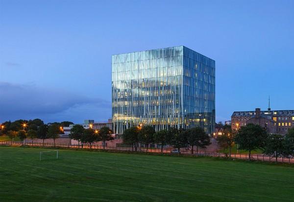 Блестящий куб библиотеки Абердинского университета вмещает в себе четверть миллиона книг и рукописей