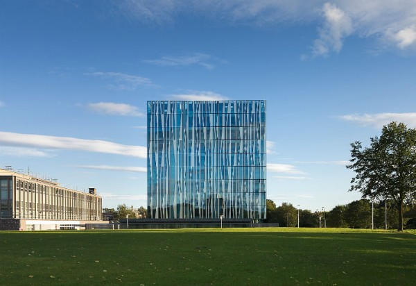 Расположенное на основании из шотландского камня здание формирует приятную атмосферу, которая побуждает студентов к учебе