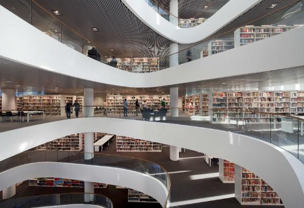 Конструкция здания сочетает в себе высококлассное остекление и изоляционные панели, что обеспечивает хорошее естественное освещение без чрезмерного нагрева