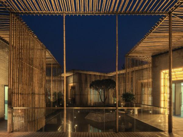 Плавающий домик состоит из нескольких комнат, расположенных вокруг центрального дворика