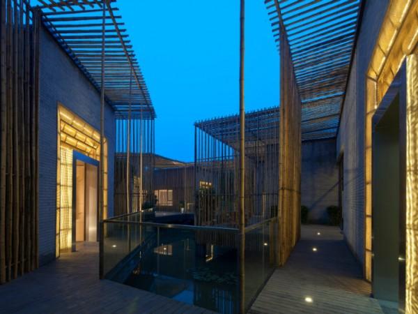 Для создания гармоничного вида, бамбук уложен и вертикально, и горизонтально