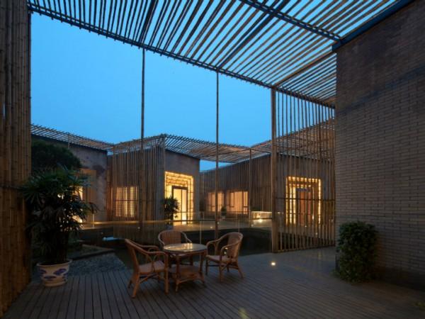 Зазоры в бамбуковых стенах обеспечивают естественную вентилицию, а также приятную вечернюю иллюминацию от внутреннего освещения