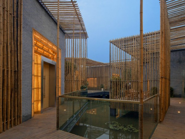 Помимо бамбука, в строительстве комнат использовался кирпич. Он обеспечивает не только декоративное разннобразие, но и повышает энергоэффективность строения