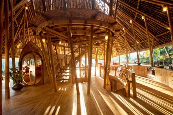 Бамбуковая крыша и соломенный навес держатся на колоннах из бамбука