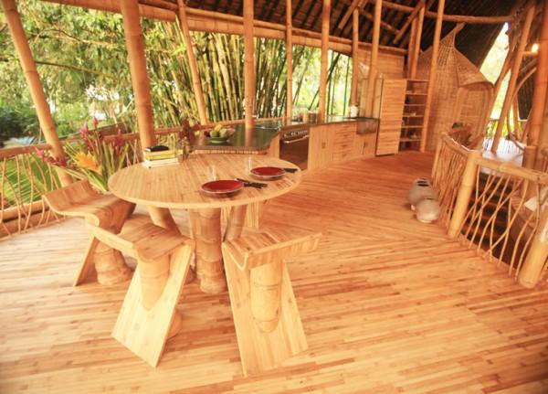Бамбук используется во всем: в этих домах из него сделаны стены, полы, лестницы, мебель...