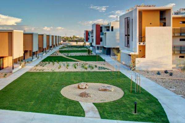 Установленные на крышах солнечные батареи и два ветрогенератора обеспечивают энергией 73 квартиры комплекса, а излишки продаются местной электросети