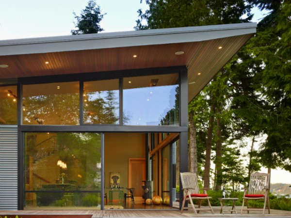 Дом компактно расположен на живописном участке с великолепным видом на залив