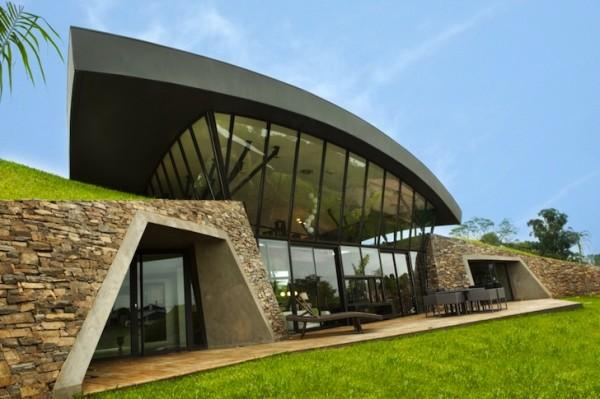 Дома укрыты одной крышей, повторяющей рельеф земли