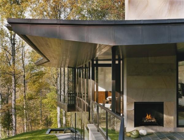 Расширенная крыша обеспечивает защиту от перегрева, а окна от пола до потолка - естественное освещение