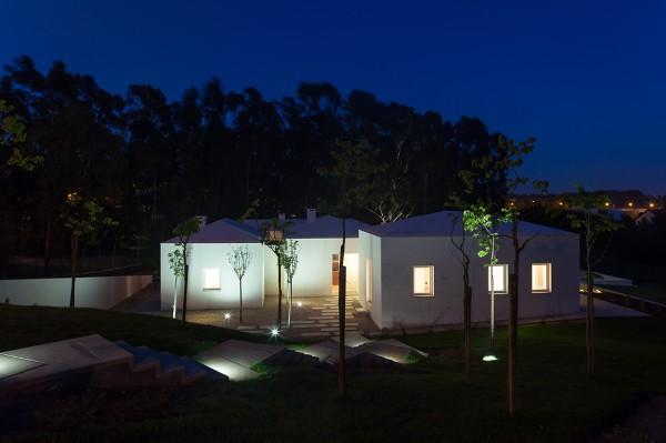 Загородный дом в португальском стиле. Вечерний вид