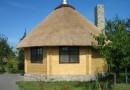 Крыши загородных домов из камыша и соломы