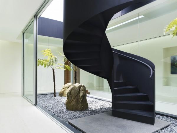 Декоративное решение у винтовой лестницы