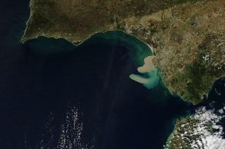 Возле побережья Испании вновь появилось большое пятно грязи