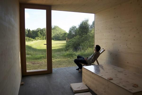Современный домик из соломы и дерева