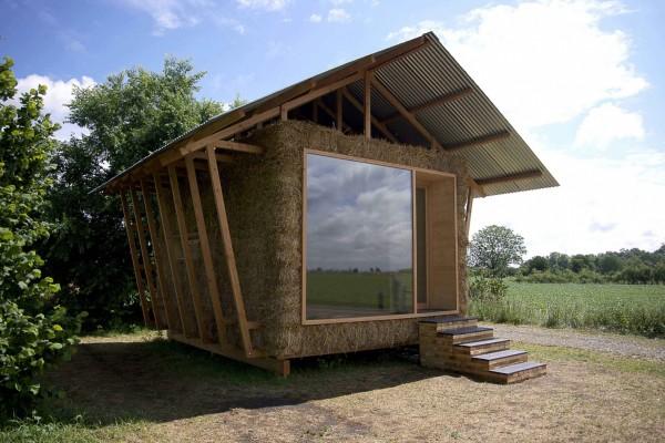 Домик построен целиком из местных материалов, с минимальным воздействием на окружающую среду