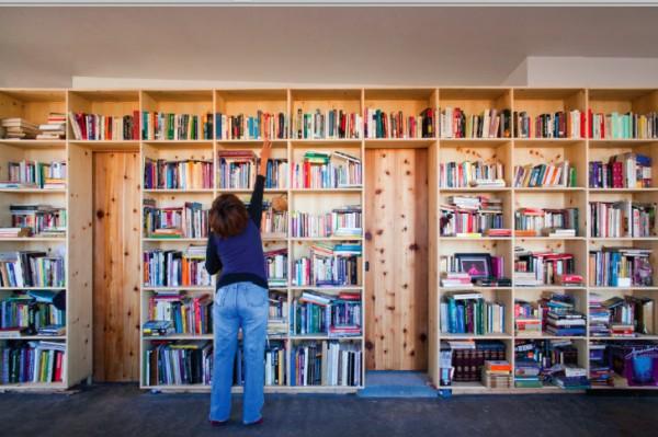У новоиспеченного домовладельца внушительная коллекция книг, которая занимает немалую часть жилой площади