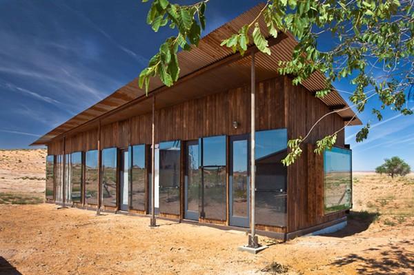 Бюджетный домик из переработанных материалов