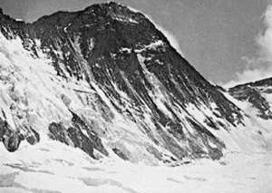 Мусор со склонов горы Эверест был превращен в скульптуры художниками из Непала