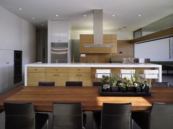 В отделке применялись экологичные материалы: бамбук, композитный камень, переработанная плитка