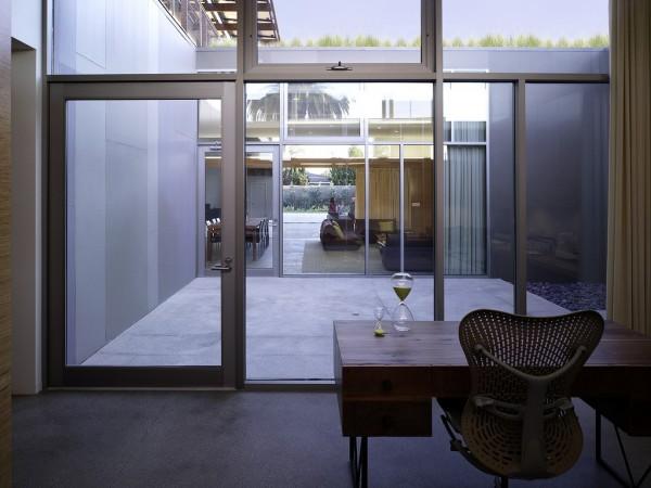 На нижнем этаже - общие помещения и гостиные, а на верхнем - спальни