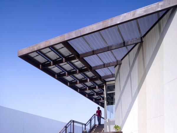 Солнечные батареи, помимо своей прямой функции, выполняют роль навеса