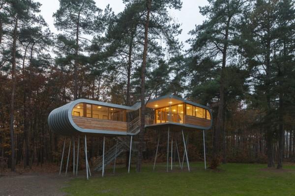 В той части дома, что расположена ниже, находятся небольшой зал для кофе-брейков, кладовая и санузел