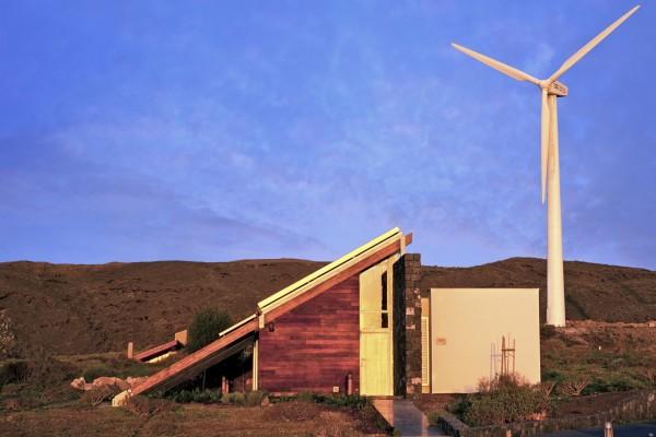 Солнечные панели, установленные на наклонной крыше, отлично впитывают энергию Солнца