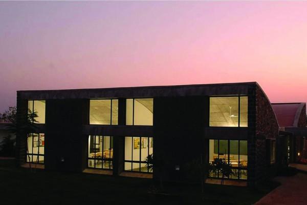 Комплекс состоит из двух групп зданий - учебного и жилого назначения
