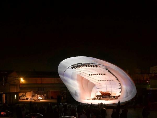 Сцена состоит из алюминиевой конструкции под надувной оболочкой