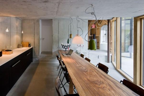 Несмотря на подземное расположение, в помещениях предостаточно естественного света, благодаря грамотному остеклению