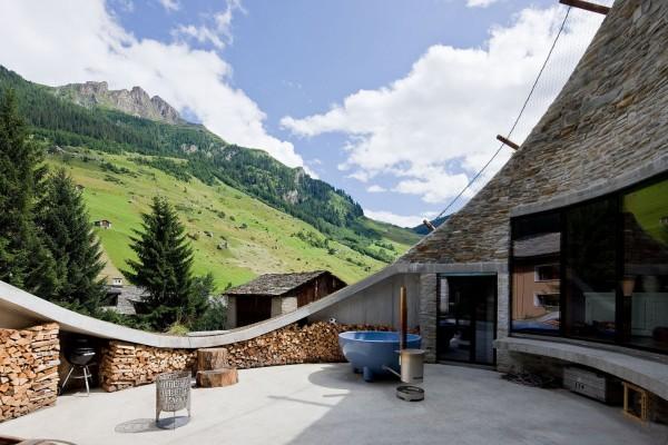 С площадки на внутреннем дворике открывается потрясяющий вид на Альпы