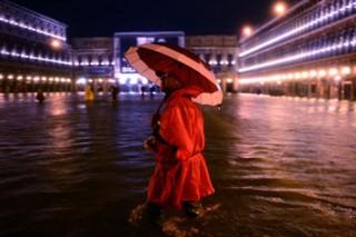 Высокий прилив затапливает Венецию