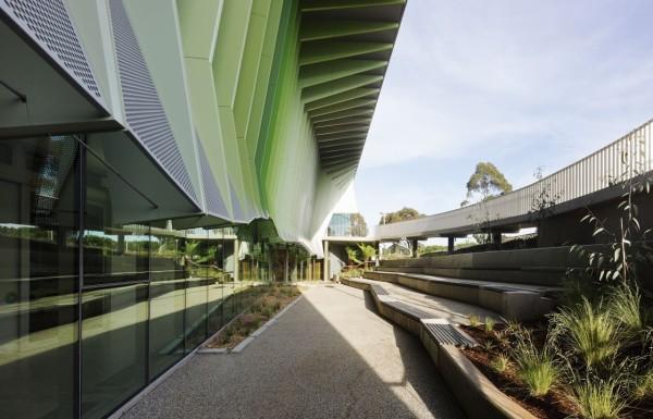 Здание является не только местом обучения новейшим экологическим принципам, но и само по себе представляет собой наглядный пример их реализации