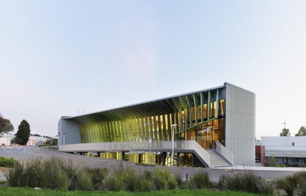 В здании есть зал для презентаций на 100 человек, хорошо оснащенные лаборатории и Исследовательский центр