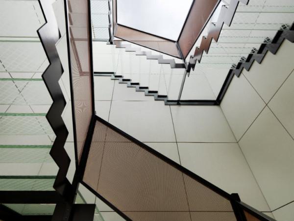 Лестницы ведут на верхний этаж, где, помимо маленькой кухни, есть целый оздоровительный комплекс, с залом для фитнеса и солярием