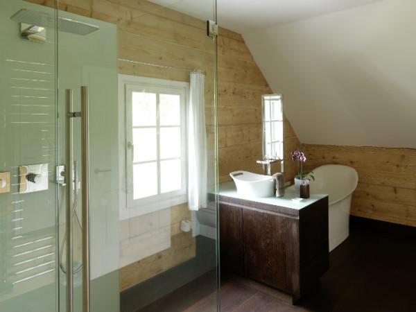 Дом построен из лиственницы и меди - долговечных материалов, которые со временем обретут красивый оттенок
