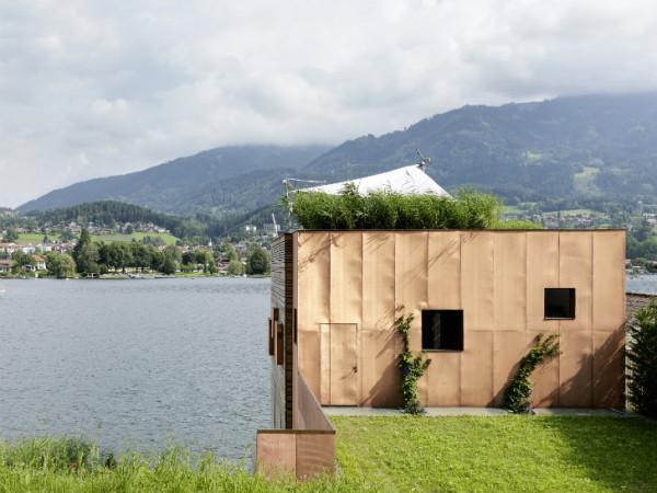 """Крыша дома - """"зеленая"""", на ней располагается небольшой газон"""