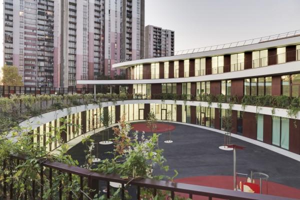 Спиральная форма здания образует уютный и защищенный внутренний двор