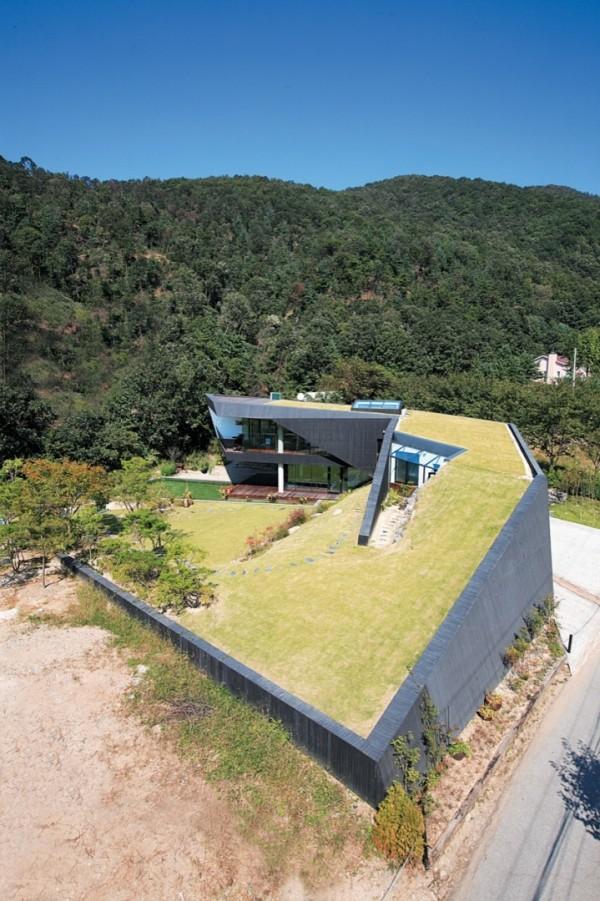 Часть дома расположена, по сути, внутри холма