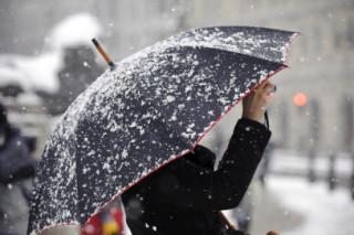 В Британии из-за сильных снегопадов водителям приходится спать в огромных пробках