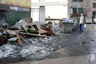 Во дворах Якутска растут мусорные кучи