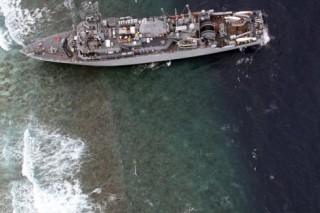 Американские ВМС с тральщика, который застрял около Филиппин на рифах, перекачивает нефть