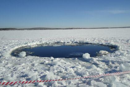 Метеорит упал в воду, образовав прорубь диаметром 6 метров.