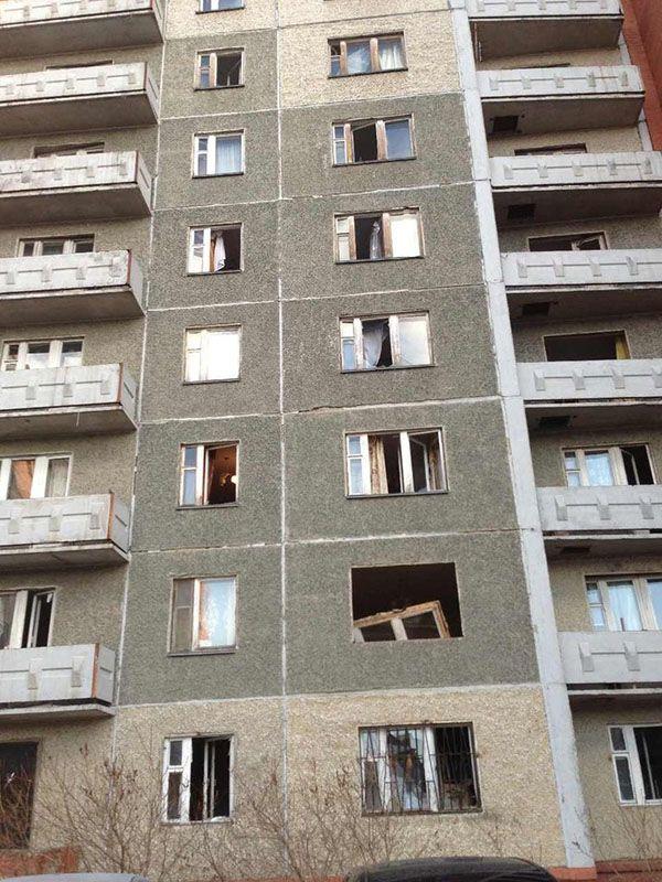 Выбитые метеоритом окна жилого дома