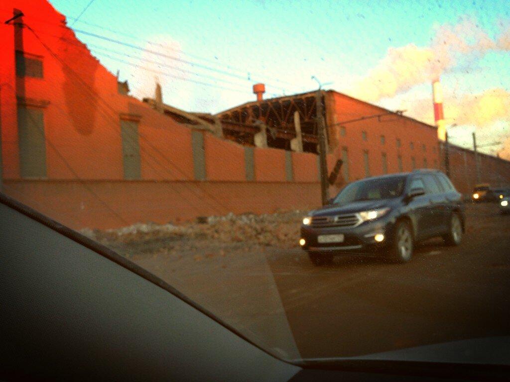 В Челябинске упал метеорит. Разрушена стена завода.