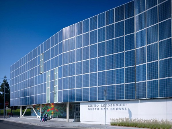 Фасад из 650 солнечных панелей