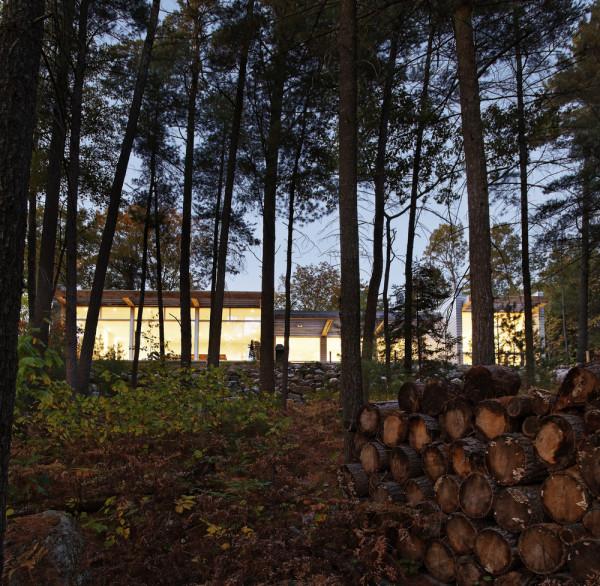 Минималистичный дом в лесах Онтарио