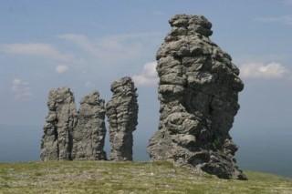 Альпинист из Германии незаконно взобрался на самый высокий столб выветривания на плато Маньпупунер