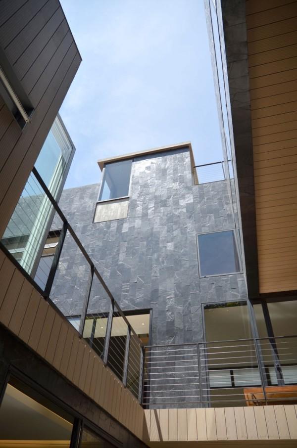 Для строительства этого дома использовались переработанные, бывшие в употреблении материалы